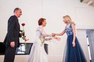 22 M.Schneider-Trnavsky dainininkų konkurso pirminininkė E.Blachova sveikina konkurso laureatę M.Pleškytę